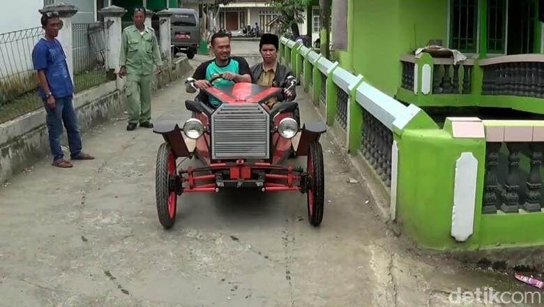 Mobil antik dari besi bekas (Foto: Deden Rahadian)