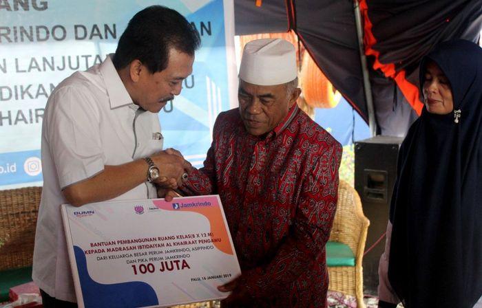 Perum Jamkrindo memberikan pembangunan ruang kelas kepada Madrasah Ibtidaiyah Al Khairaat Pengawu sebagai bantuan berkelanjutan Perum Jamkrindo di Palu-Donggala yang bersinergi dengan Asosiasi Perusahaan Penjaminan Indonesia (Asippindo) dan Persatuan Istri Karyawan (PIKA) Perum Jamkrindo, serta Kowajasa Group. Foto: dok. Jamkrindo