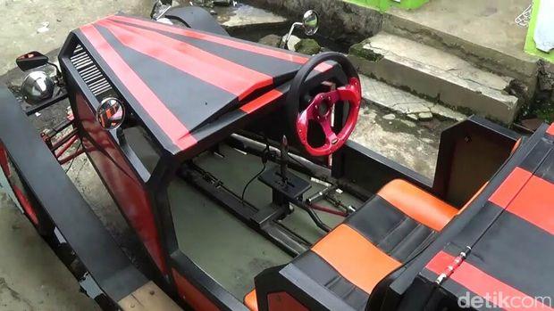 Mobil antik dari besi bekas