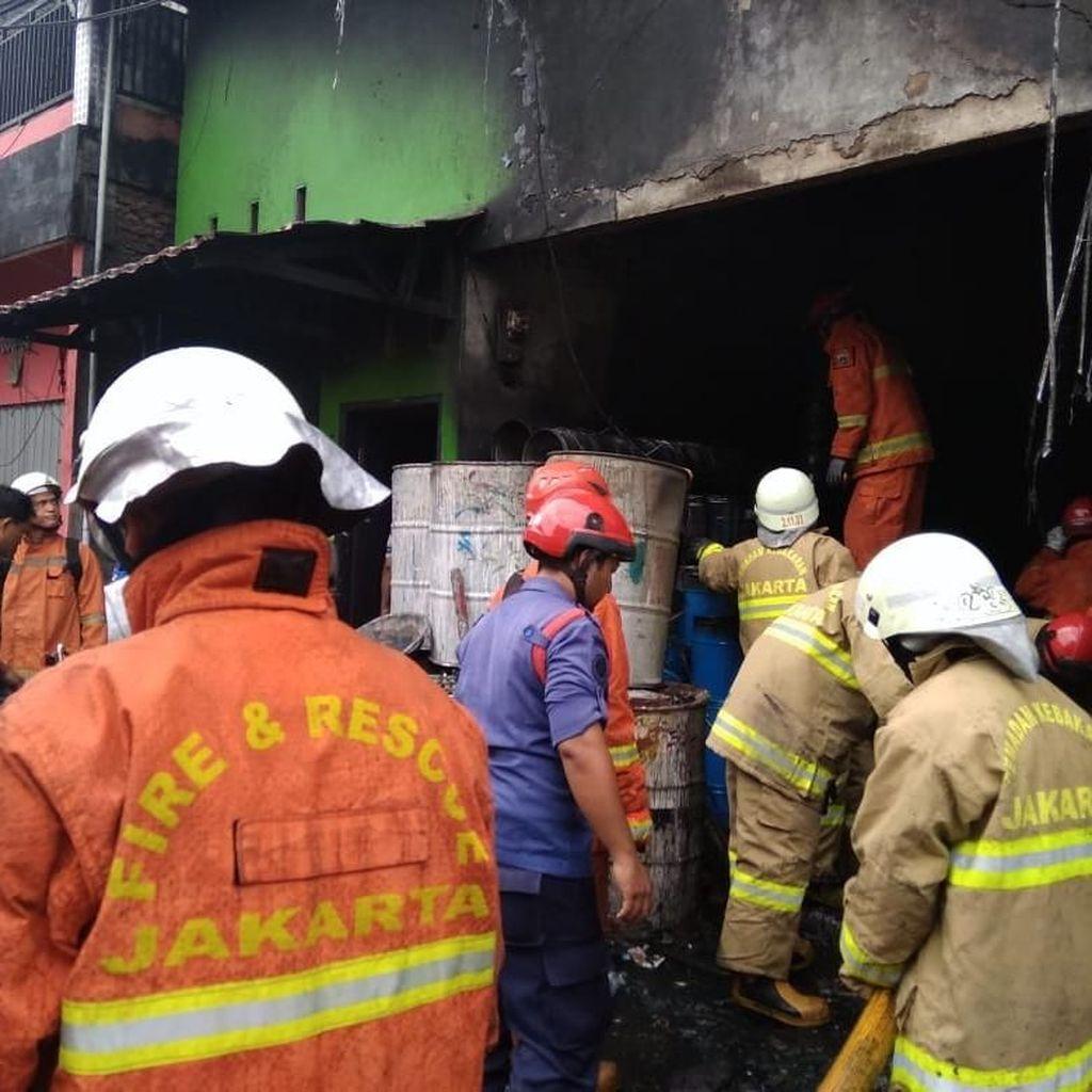 Korsleting Listrik, Rumah 2 Lantai di Cilincing Terbakar