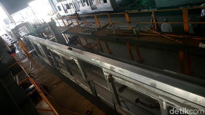 Rangkaian kereta Light Rail Transit (LRT) Jabodebek diproduksi oleh PT INKA (Persero) yang bermarkas di Madiun, Jatim. Yuk intip proses pembuatannya.