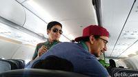 Vincent dan Desta yang tengah menghibur penumpang pesawat (Randy/detikTravel)