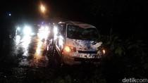 Mobil Tertimpa Pohon di Bojonegoro Saat Hujan Deras, Sopir Selamat