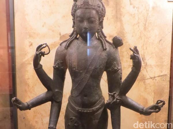 Patung Avalokitesvara yang menjadi Artefak Warisan Kebangsaan Malaysia. Patung perunggu ini ditemukan di Perak tahun 1936 diduga dari abad ke 7-12 masehi (Fitraya/detikTravel)