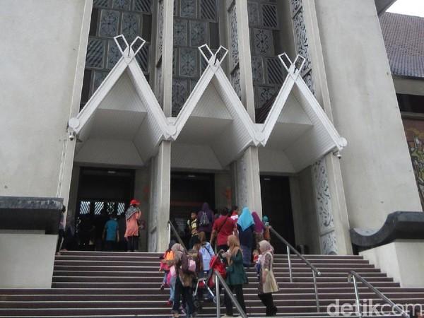 Tempat untuk melihat kapak Wiro Sableng adalah di Muzium Negara Malaysia di Jalan Damansara, Kuala Lumpur. Ini adalah museum nasional milik Negeri Jiran itu (Fitraya/detikTravel)
