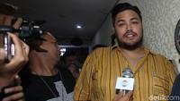 Usai dinyatakan bersih dari narkoba, Ivan pun menemui awak media bersama Sandy Arifin. Lamhot Aritonang/detikFoto.