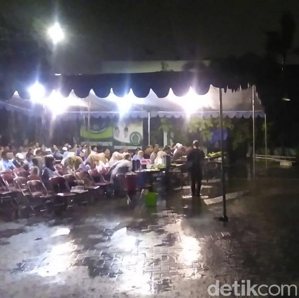 Di Bawah Hujan, Pendukung Prabowo-Sandi Bertahan Nobar Debat Capres