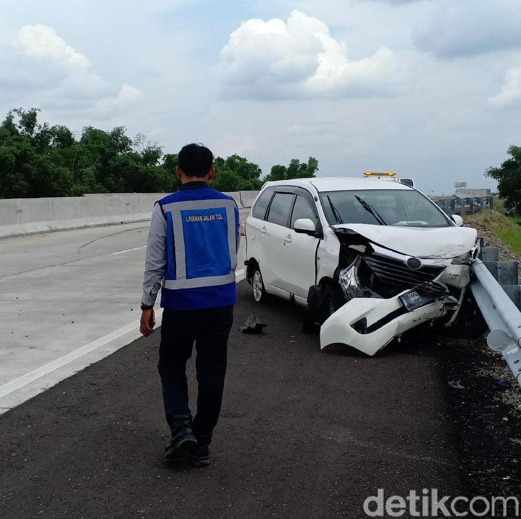 Pecah Ban karena Ngebut, MPV Tabrak Pembatas Jalan Tol Nganjuk