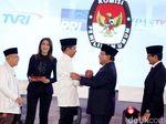 Analisis Gimik di Debat Perdana: Sandi Cium Tangan Maruf Hingga Soal Keluarga