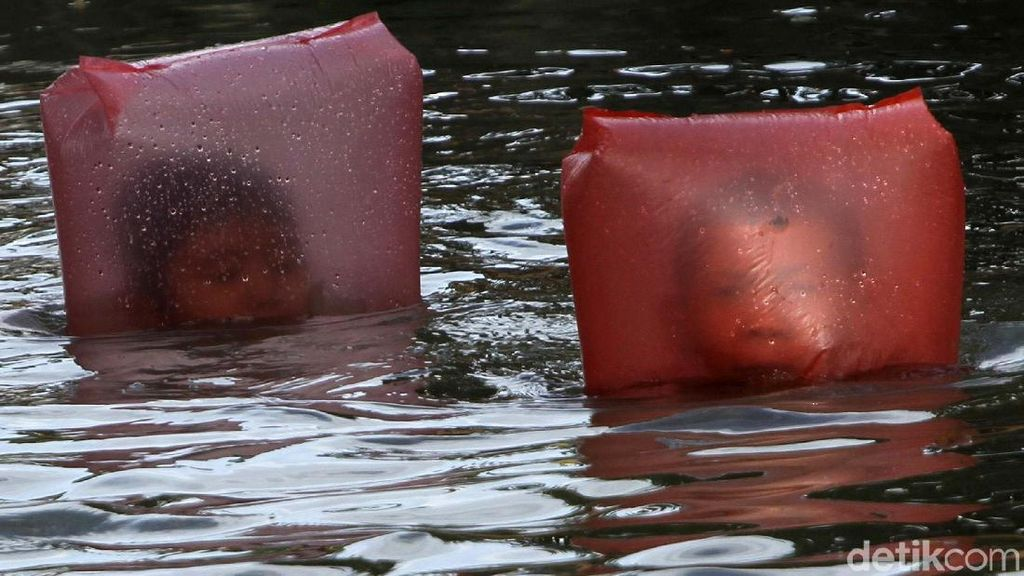 Gaya Anak-anak Berenang di Air Kotor Kali Sipon