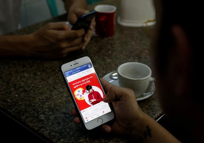 Mengakses Facebook. Foto: Reuters