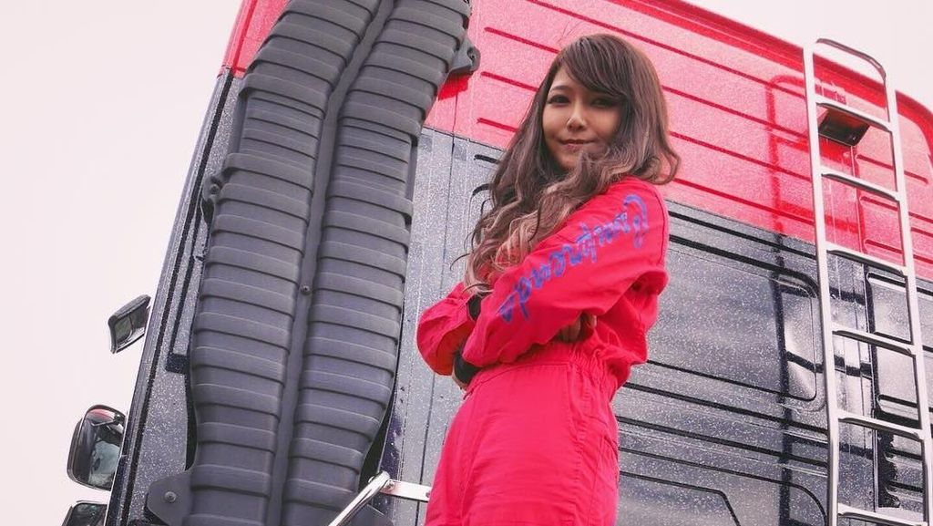Potret Rino Sasaki, Gadis Cantik yang Jadi Sopir Truk Demi Sang Ayah