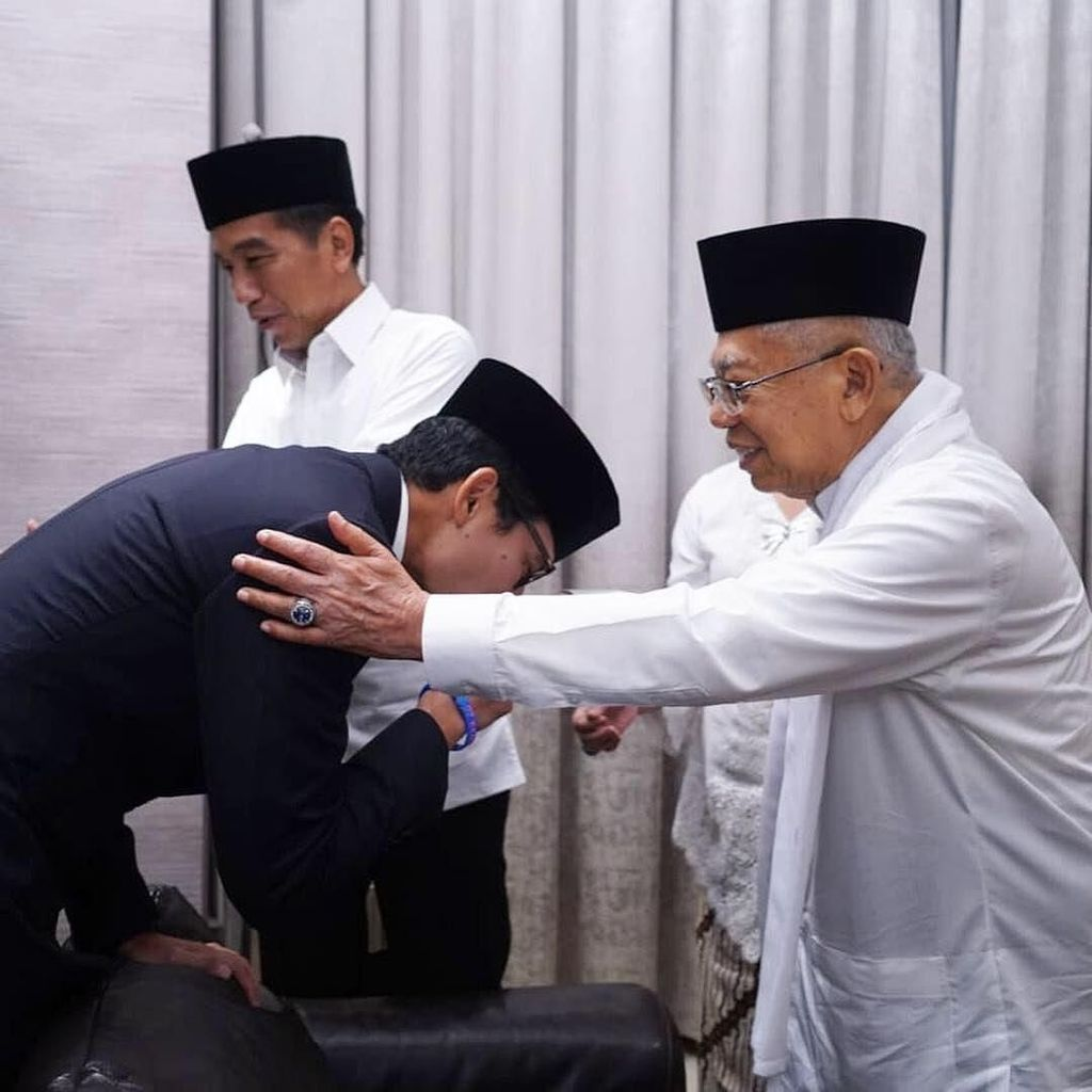 Jokowi Hampiri Prabowo, Sandiaga Cium Tangan Maruf 4 Kali