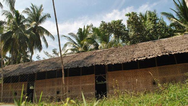 Bangunan ini adalah SMP Ta'alimil Mubtadi yang terletak di Desa Pucok Alue, Kecamatan Baktiya, Aceh Utara, Aceh.