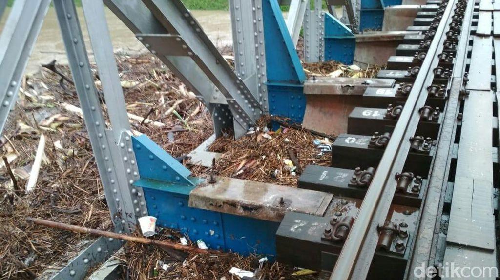 Banjir di Jateng Selatan, Banyak Sampah Nyangkut di Jembatan KA