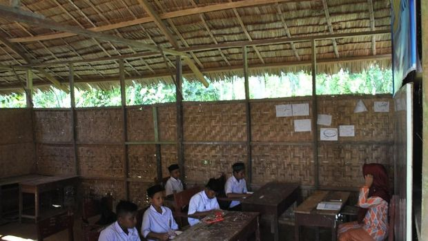 menenteng buku, anak-anak berseragam warna putih dan biru tepat pukul 14.00 WIB masuk ke ruangan kelas.