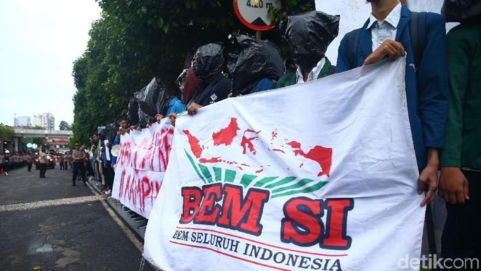 Sejumlah mahasiswa dari Badan Eksekutif Mahasiswa Seluruh Indonesia (BEM SI) menggelar aksi demo meminta debat capres digelar di kampus.