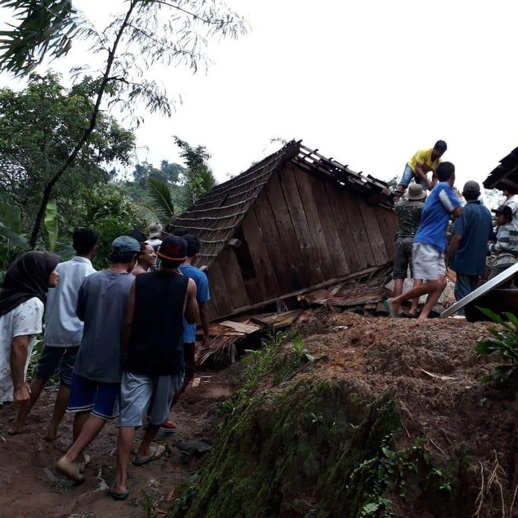 Tebing Setinggi 15 Meter di Blitar Longsor Timpa 3 Rumah