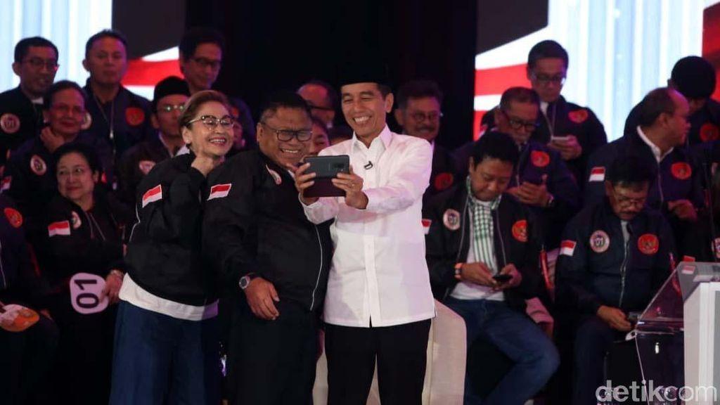 Aksi Pendukung Paslon 01 di Debat Capres Perdana