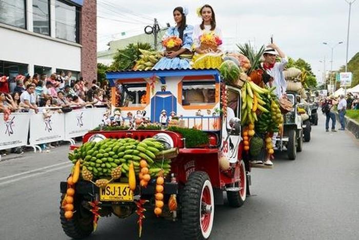 Masyarakat Kolombia menganggap Jeep sebagai kendaraan kebanggaan. Selain diandalkan mengangkut hasil pertanian, mereka membuat tampilan Jeep jadi nyentrik. Foto: Istimewa