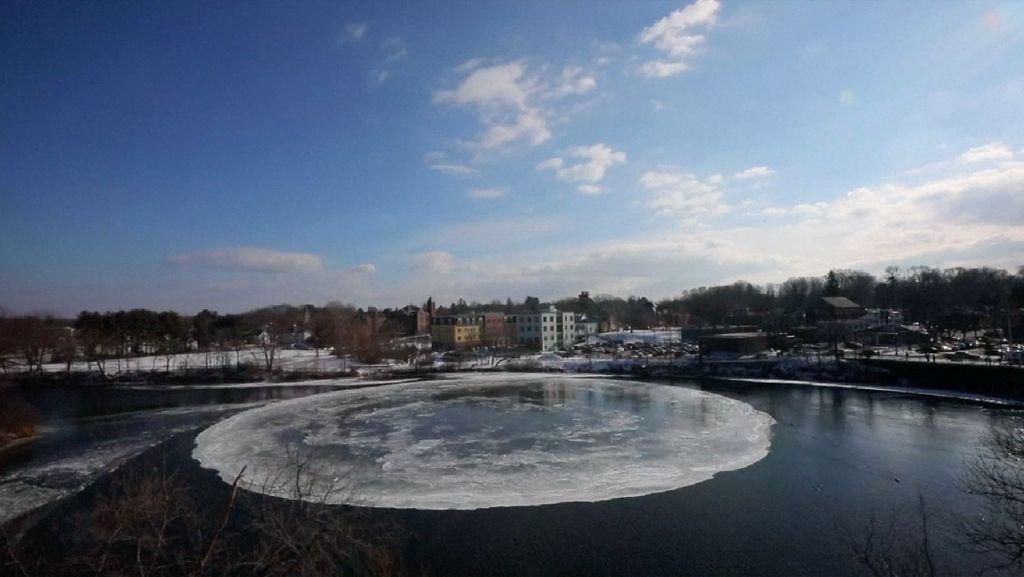 Ajaib! Gumpalan Es Sungai AS Berbentuk Cakram dan Bisa Berputar