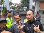 Tiba di Kejari Surabaya, Ahmad Dhani Salam Dua Jari
