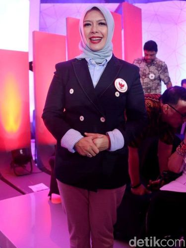 Penampilan Nur Asia Uno pada debat capres cawapres pertama.