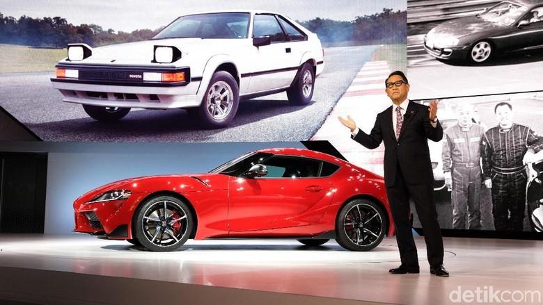 Akio Toyoda dan anaknya yang baru lahir Foto: Toyota