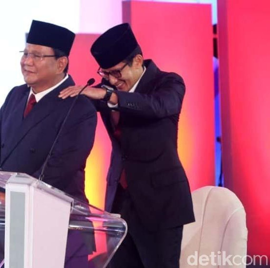 Momen Ketika Sandiaga Memijit Bahu Prabowo