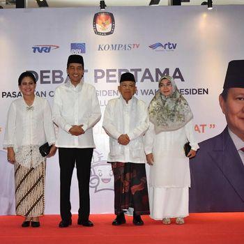 Jokowi dan Ma'ruf Amin berpose bersama istri mereka sebelum debat capres 2019.