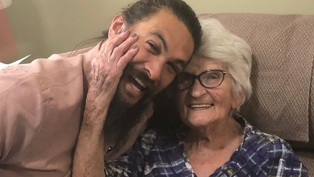 Foto: Kemesraan Jason Momoa dan Sang Nenek yang Bikin Hati Netizen Meleleh