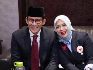 Kompak dengan Sandiaga Uno, Nur Asia Elegan Pakai Jas di Debat Capres 2019