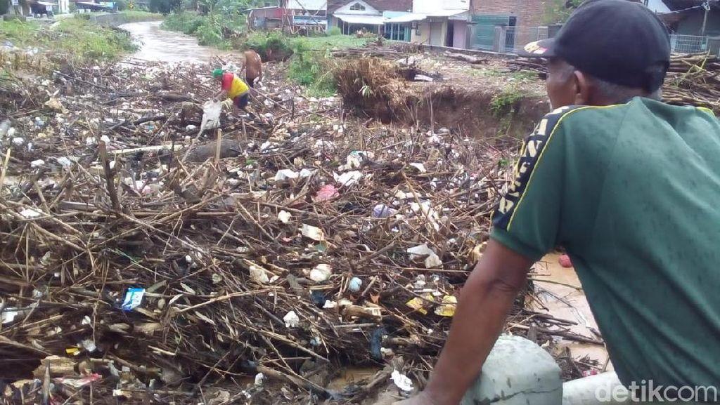 Ngeri! Penampakan Sampah Menutupi Badan Sungai di Kudus