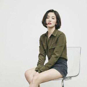 Dipakai Song Hye Kyo, Dad Sneakers Ini Sold Out dalam 2 Minggu