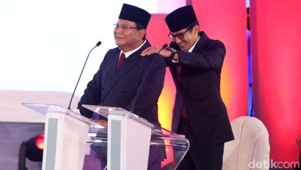 Momen Sandiaga pijat Prabowo di debat perdana.