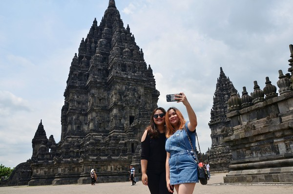 Setiap harinya selalu ramai wisatawan berkunjung. Terlihat sejumlah wisatawan berswafoto di kawasan Candi Prambanan, Sleman, Yogyakarta(Satria Nandha/detikTravel)