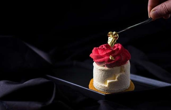 Emas kini bukan hanya jadi logam mulia yang dijadikan perhiasan tapi juga bisa dimakan. Setelah diolah, emas bisa dijadikan makanan yang aman. Lembaran emas ini harganya Rp 269 ribu per miligram. Foto: Istimewa