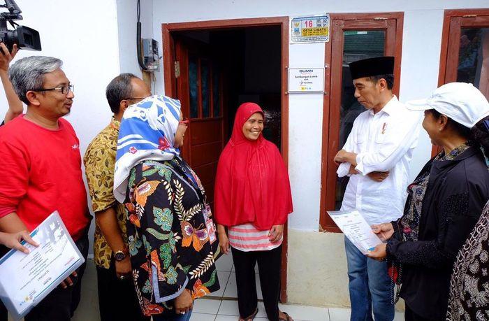 Bersama PLN, Telkomsel turut hadir sebagai bagian dari Telkom Group yang ikut mendukung hadirnya listrik guna meningkatkan taraf hidup keluarga prasejahtera di desa Cibatu, Garut, Jawa Barat. Foto: dok. BUMN