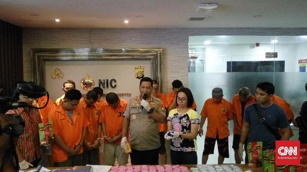 Polisi dan para tersangka jaringan narkotika Jakarta-Banjarmasin.