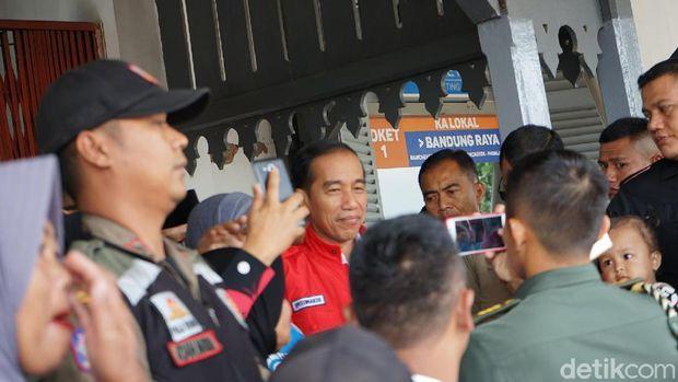 Jokowi yang didampingi Iriana berencana meninjau panel reaktivasi jalur kereta api Cibatu-Garut
