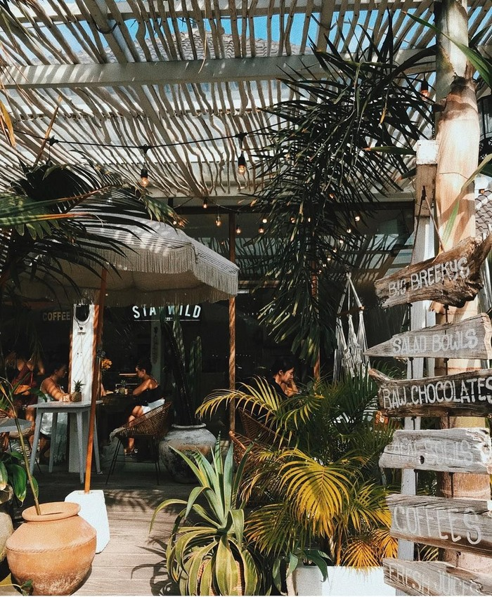 Berawal dari kafe kecil yang menyajikan makanan dan minuman sehat dengan tampilan cantik. Kini Cafe Organic memiliki beberapa cabang yang ada di Bali dan selalu dipenuhi oleh wisatawan asing yang ingin mengabadikan momen mereka ketika berada di kafe hits tersebut. Foto: Instagram @cafeorganicbali