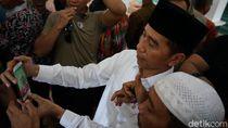 Usai Salat Jumat di Masjid Besar Cibatu, Jokowi Bagi 257 Sertifikat Wakaf