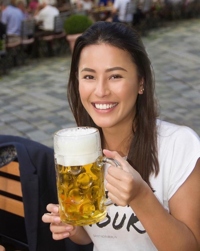 Perempuan berdarah Indonesia-Jerman ini memikat perhatian dengan wajah cantiknya. Sukses di bidang modeling, kini Nina sibuk bermain di berbagai judul film. Ia juga suka lho minum bir dingin yang menyegarkan. Foto: Instagram @ninakozok