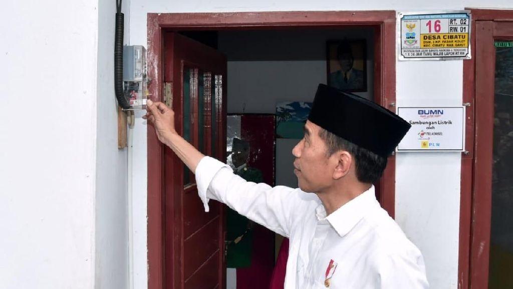 Masuk Gang Sempit, Jokowi Cek Sambungan Listrik Gratis di Garut
