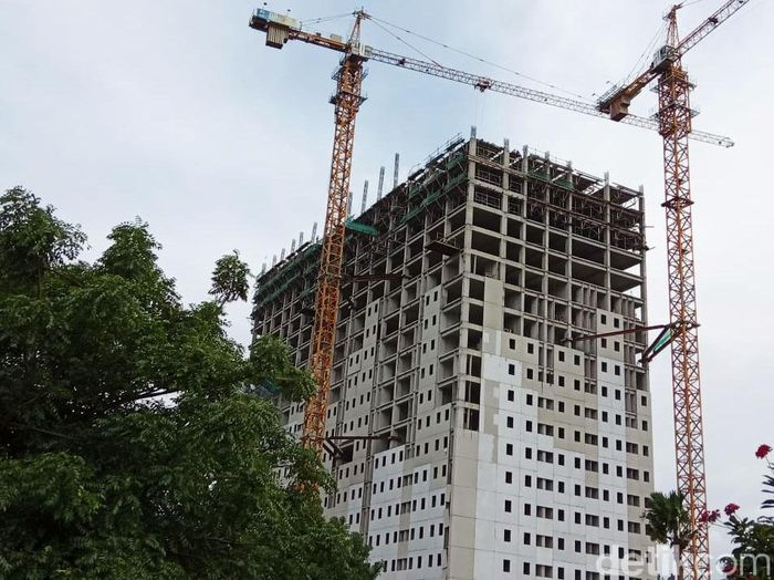 Alat berat terus mengerjakan proyek rumah DP Rp 0 di Pondok Kelapa, Jakarta Timur, Jumat (18/1/2019).