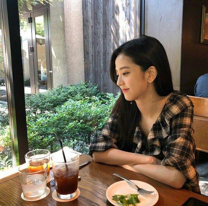 Siapa yang tak meleleh melihat gaya Jisoo yang tersipu malu ini. Kala itu Jisoo sedang menikmati camilan sore di sebuah kafe bergaya rustic. Foto: Instagram sooyaaa__