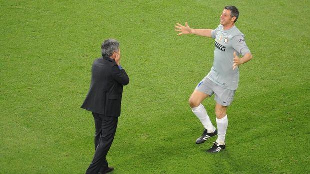 Jose Mourinho merayakan keberhasilan Inter Milan jadi juara Liga Champions bersama Francesco Toldo.