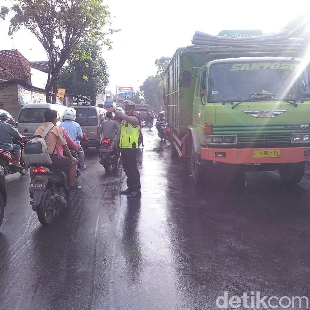 Diterjang Banjir, Jalan Raya Blega Macet Dua Arah