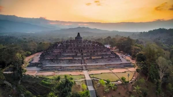 Fakta keempat, Arsitektur Candi Borobudur didesain oleh seseorang bernama Gunadharma. Candi yang berbentuk piramida berundak tersebut dibangun menggunakan batu andesit yang jumlahnya diperkirakan mencapai 2 juta buah. iStock