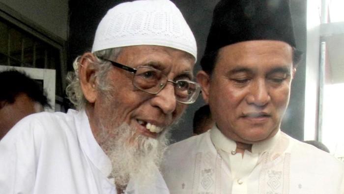 Yusril Ihza Mahendra mengunjungi Abu Bakar Baasyir di LP Gunung Sindur, Bogor. Ia mengabarkan bahwa Jokowi telah setuju untuk membebaskan Abu Bakar Baasyir.